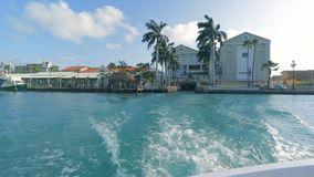 Segeln auf raue Meere mit Geschwindigkeit bei Aruba stock footage