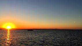 Segeln bei Sonnenuntergang in der Lagune 'La Albufera ', in Valencia stock footage