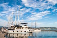 Segeln-Boot angekoppelt im Jachthafen Lizenzfreies Stockbild