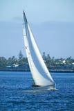 Segeln-Boot in Meer Stockfotos