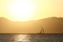 Segeln-Boot am Sonnenuntergang Stockfotos