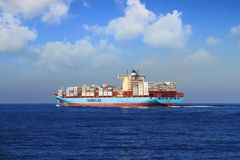 Segeln Containerschiff Gunhilde Maersk in den offenen Wassern Lizenzfreies Stockbild