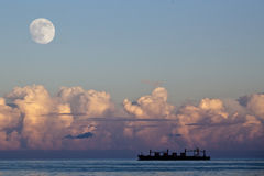 Segeln-Containerschiff horizontal Stockfoto