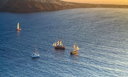 Segeln in das Ägäische Meer vor der Küste von Santorini Lizenzfreies Stockbild