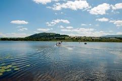 Segeln in das blaue Wasser von Wales Stockbild