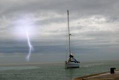 Segeln in das Meer lizenzfreies stockfoto
