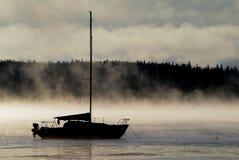 Segeln in den Nebel Lizenzfreies Stockbild