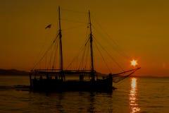 Segeln in den Sonnenuntergang Stockfotos