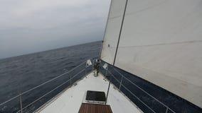 Segeln in den Wind durch die Wellen stock footage