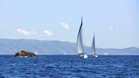 Segeln in den Wind durch die Wellen in dem Ägäischen Meer in Griechenland Lizenzfreies Stockbild
