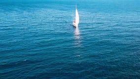 Segeln in den Wind durch die Wellen in dem Meer sport stock footage