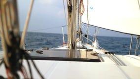 Segeln in den Wind durch die Wellen Segelboot geschossen in dem Mittelmeer stock video footage