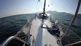 Segeln in den Wind durch die Wellen Segelbootschuß in HD am Baikal See stock video