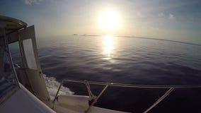 Segeln in den Wind durch die Wellen während Sonnenuntergang (HD) des Segelbootschusses stock video
