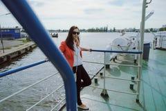 Segeln der jungen Frau auf Kreuzfahrtschiff oder Fähre mit Meer Lizenzfreie Stockfotografie
