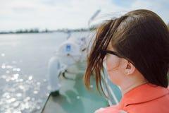 Segeln der jungen Frau auf Kreuzfahrtschiff oder Fähre mit Meer Stockfotos