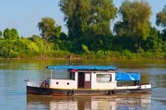 Segeln des kleinen Bootes auf dem Fluss Stockfotografie