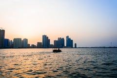 Segeln des kleinen Bootes im Meer an der goldenen Stunde stockbilder