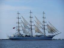 Segeln des russischen Schiffs lizenzfreie stockfotos
