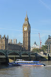 Segeln des touristischen Bootes unter Westminster-Brücke. Stockbilder