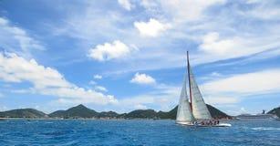 Segeln in die Karibischen Meere Lizenzfreie Stockfotos