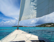 Segeln in die Karibischen Meere Stockbilder