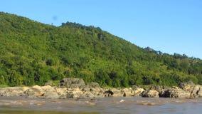 Segeln durch den Dschungel entlang dem Mekong stock video