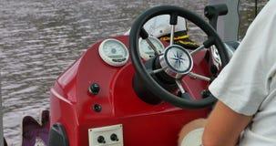Segeln durch den See Kapitän fährt den Kreuzer stock footage