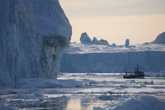 Segeln durch Eisberge Lizenzfreie Stockbilder