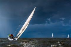 Segeln in einen Sturm lizenzfreies stockbild