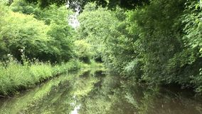 Segeln entlang einen Kanal in England stock video footage