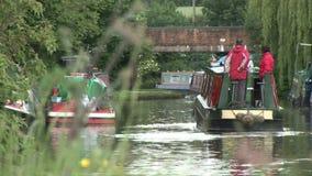 Segeln entlang einen Kanal in England stock footage