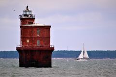 Segeln hinter einen Chesapeake Bay-Leuchtturm Stockbild