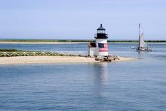 Segeln hinter Leuchtturm auf Nantucket-Insel an einem Sommer-Tag stockbild