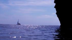 Segeln-magisches Schiff im funkelnden Meer