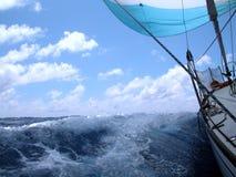 Segeln mit Wind Lizenzfreie Stockfotos