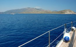 Segeln mit Wind im adriatischen Meer Lizenzfreie Stockbilder
