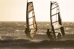 Segeln mit zwei Windsurfer Stockfotos