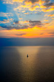 Segeln in Ozeansonnenuntergang lizenzfreie stockfotografie