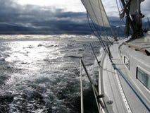 Segeln in Richtung zum schlechten Wetter Lizenzfreies Stockfoto