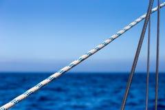 Segeln Ropes vor Bucht blauem Ozean und Himmel-Hintergrund Lizenzfreies Stockfoto
