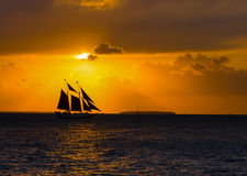 Segeln Schooner am Sonnenuntergang Lizenzfreie Stockfotos