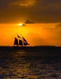 Segeln Schooner am Sonnenuntergang Lizenzfreies Stockbild