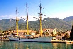 Segeln Sie Schiff am Pier in Tivat, Montenegro Lizenzfreie Stockfotos