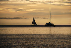 Segeln am Sonnenuntergang Stockfotografie