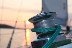 Segeln am Sonnenuntergang stockbild
