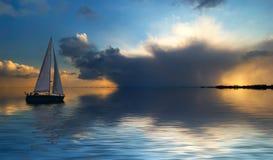 Segeln am Sonnenuntergang Lizenzfreie Stockfotos