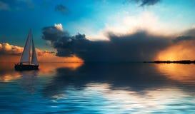 Segeln am Sonnenuntergang Lizenzfreies Stockfoto