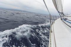 Segeln in stürmisches Wetter im Mittelmeer Lizenzfreie Stockfotos