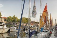Segeln und Maschinenboote im Hafenkanal Stockfotos